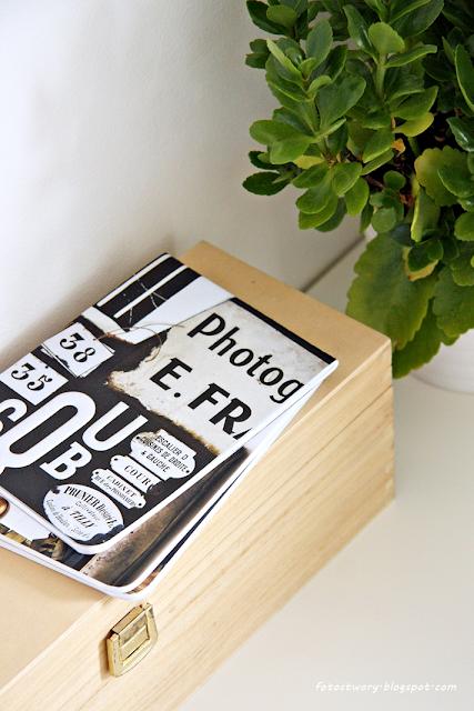 drewniana skrzynka, białe biurko