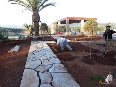 Execução do caminho de pedra Goiás com o revestimento de pedra na fachada da residência, iniciando a execução do paisagismo em residência em Piracaia-SP.