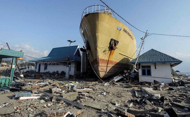 Тысячи жертв, невыносимый смрад и отсутствие еды. Индонезию настигли три землетрясения, цунами и извержение вулкана.