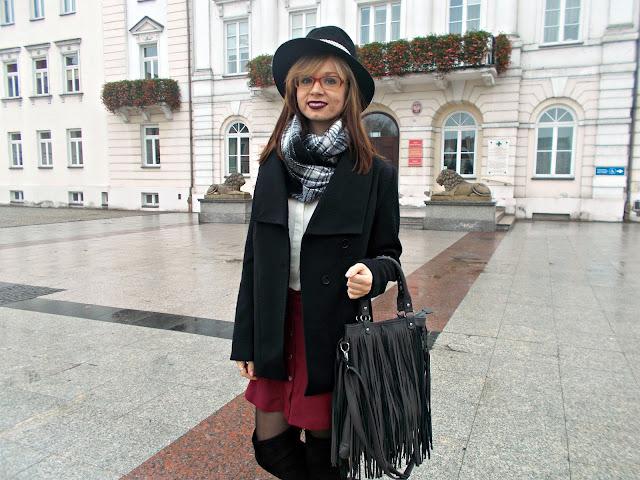 Czarny płaszczyk, bordowa spódniczka i kapelusz