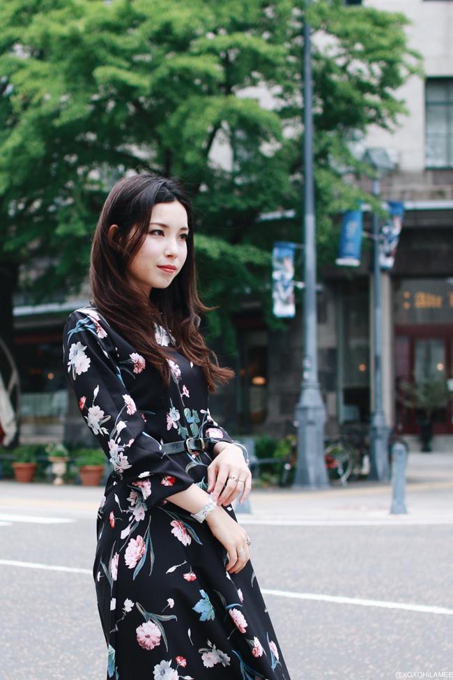 ファッションブロガー日本人、今日のコーディネート、黒地花柄マキシワンピース、ペーパーウォッチ、ブラックストラップエスパドリーユ、レディカジュアルコーデ、ミニバックパック