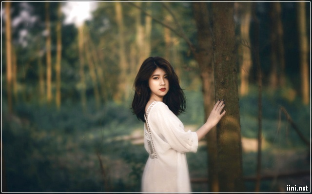 Ảnh cô gái xinh đẹp trong rừng