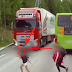 بالفيديو.. طفل ينجو بأعجوبة من الموت أثناء العبور أمام شاحنة ضخمة