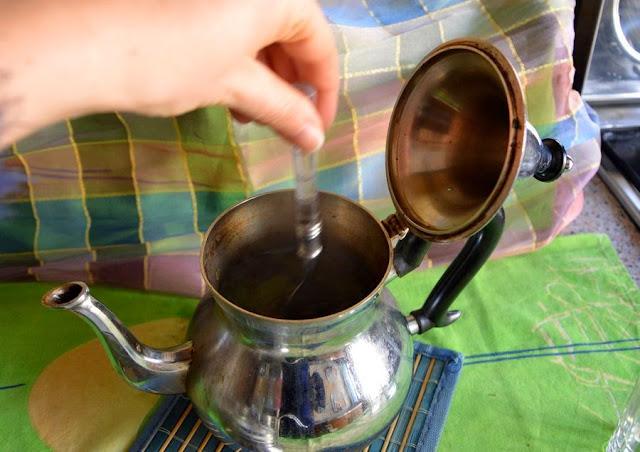 Zamieszać cukier łyżeczką w czajnikczu.