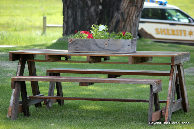 pallet furniture, picnic, outdoor living, salvaged wood, paint, minwax, http://bec4-beyondthepicketfence.blogspot.com/2016/06/pallet-picnic-table.html