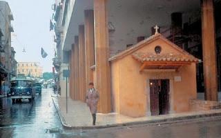 Τι κρύβεται κάτω από το εκκλησάκι που βρίσκεται χωμένο στις κολώνες του Υπουργείου Παιδείας... [photos]