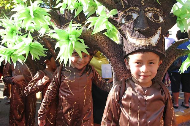 Disfraz casero de árbol para escolares