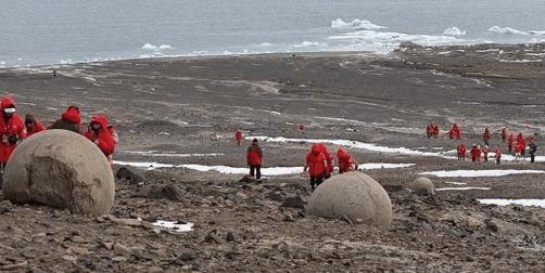 Οι παράξενοι στρογγυλοί βράχοι σε ένα νησί της Αρκτικής