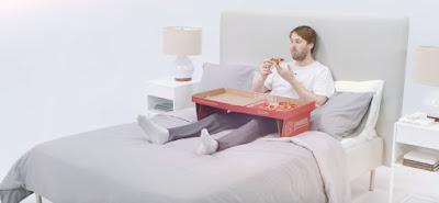 La caja de pizza que se transforma en mesita para la cama