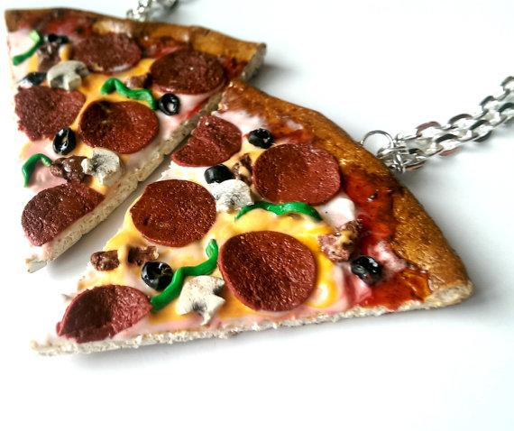 gantungan kunci berbentuk pizza seperti aslinya