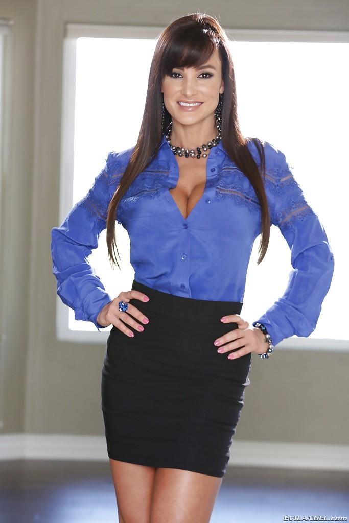 Lisa Ann Secretary takes off her clothes - PORN BABES - Ur