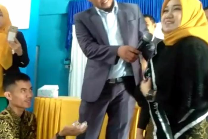 Siap-Siap Baper! Mahasiswi Di Bone Dilamar Kekasih Saat Prosesi Yudisium