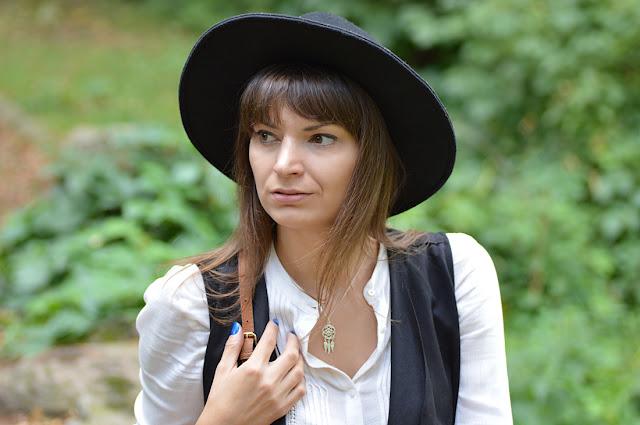czarny kapelusz i srebrny naszyjnik łapacz snów