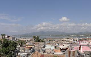 Santiago de Cuba, Balcón de Velázquez, Blick über die Dächer des Tivolí und die Hafenbucht.