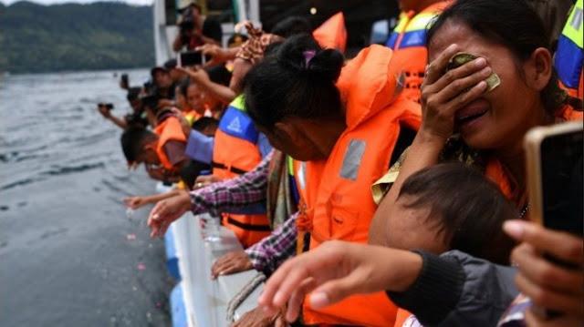 Keluarga korban KM Sinar Bangun menangis saat tabur bunga, Senin (3/7/2018) di lokasi dimana diperkirakan kapal itu tenggelam dua pekan lalu.