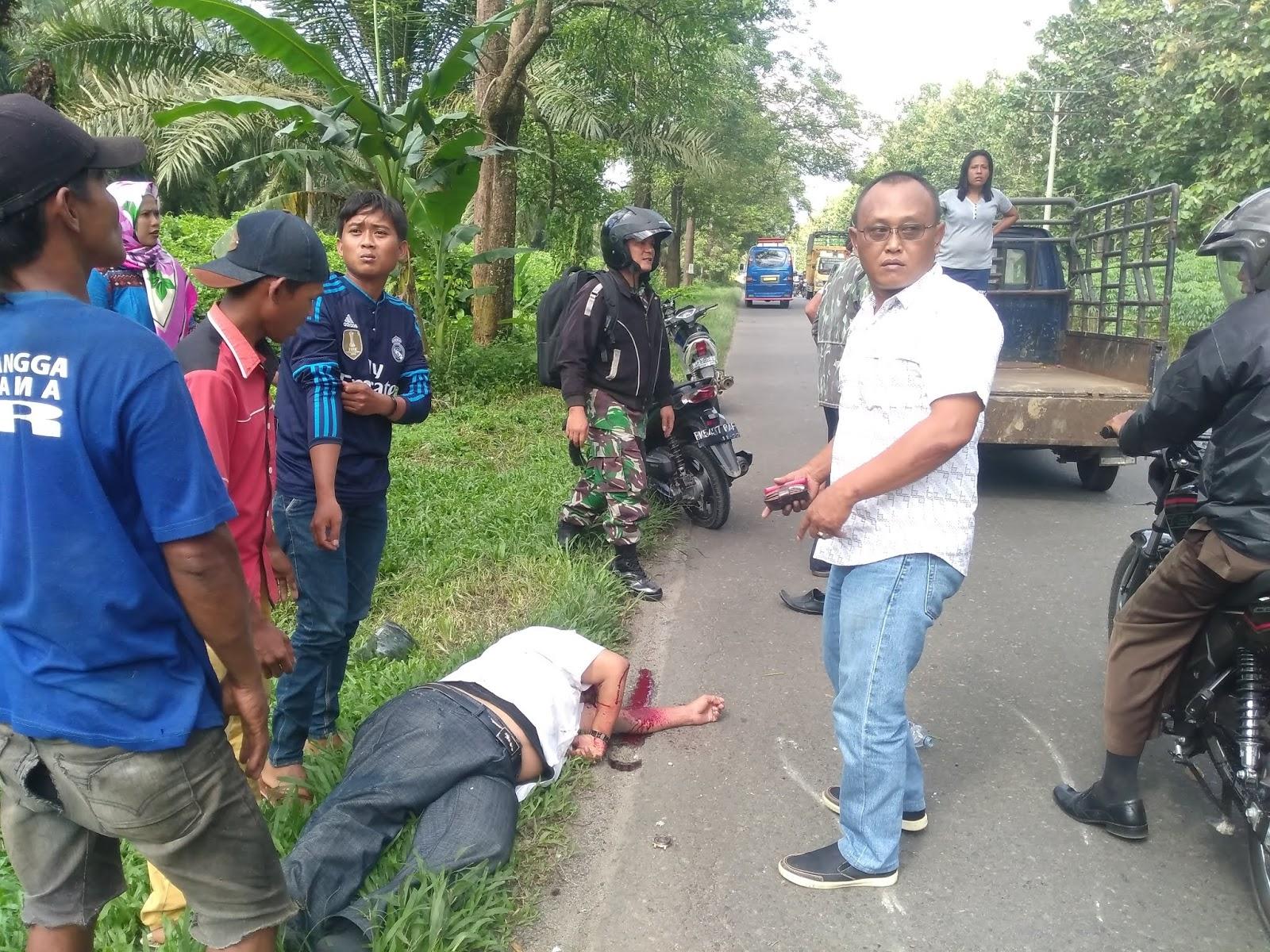 Warga menyaksikan korban lakalantas di Jalinsum Siantar-Perdagangan.