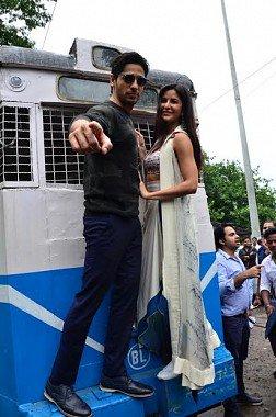 katrina kaif siddarth malhotra promotions in kolkata train