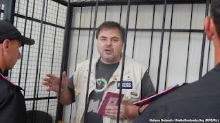Affrontements en Ukraine : Ce qui est caché par les médias et les partis politiques pro-européens - Page 4 Ruslan-Kotsaba-in-court-on-June-3-2015-RFE-RL