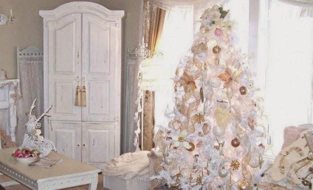 elegante rbol de navidad color blanco donde se han empleado estrellas y esferas doradas para romper con la monotona del color nico
