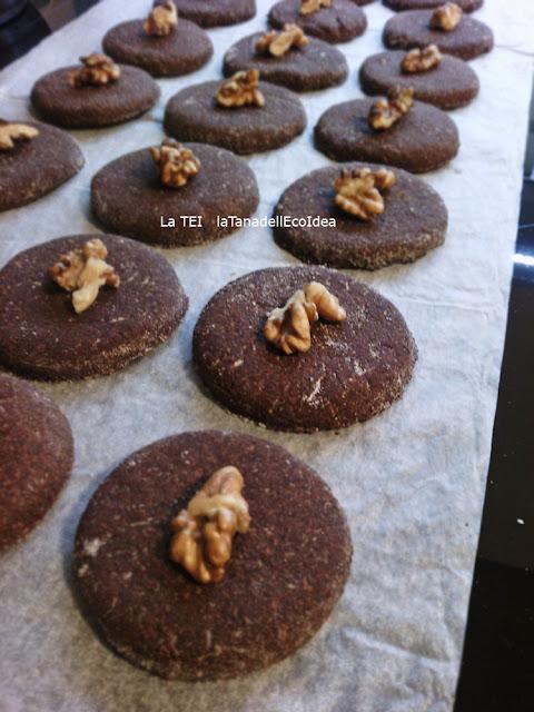 Gherigli di noce su biscotti al cioccolato