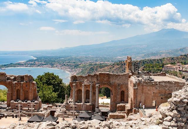Ruinas del precioso teatro romano de Taormina con el volcán Etna al fondo