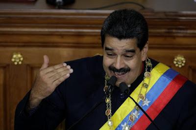 """El presidente Nicolás Maduro calificó este jueves de """"arrastrados"""" a Juan Manuel Santos y Enrique Peña Nieto, presidentes de Colombia y México, respectivamente, por secundar las sanciones a funcionarios venezolanos impuestas por el Departamento del Tesoro de EEUU.  Asimismo, Maduro también llamó a sus homólogos a un diálogo. """"Llamo a Santos, al presidente del Perú, a (Mauricio) Macri, al presidente de México, a que convoquen a una reunión inmediata y nos veamos las caras"""". Más adelante especificó que le gustaría una reunión """"a puerta cerrada""""."""