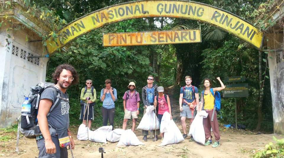 mendaki gunung buang sampah di gunung Rinjani Mencemari Lingkungan dan Buang Sampah