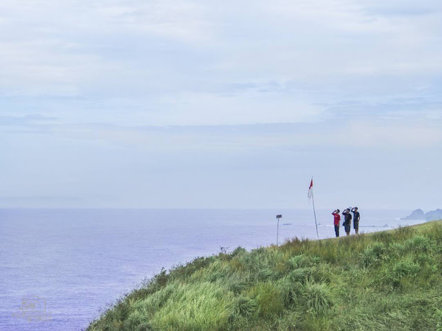 foto pemandangan di bukit pantai payangan jember