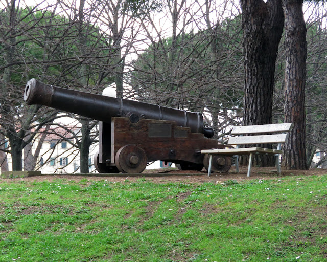 Bench with a cannon at hand, Fortezza Nuova (New Fortress), Livorno
