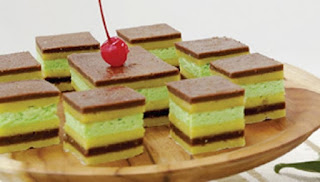 Putri kandis merupakan kue basah tradisional khas Jambi. Bentuknya berlapis-lapis dengan kombinasi warna hijau dari air daun suji. Kue ini menggunakan banyak telur dan gula. Kue putri kandis biasanya disajikan saat perayaan adat Jambi, salah satunya acara antar belanjo.