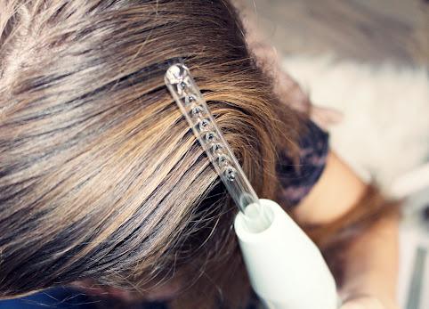 Darsonval - sposób na wypadające włosy. Przyśpiesza porost włosów. Jak stosować darsonval na włosy?
