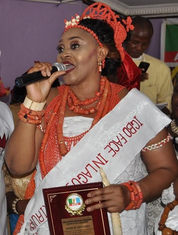 The new FACE OF IGBO in  LAGOS , Princess Ada Okeke-Amam at the National stadium Lagos rendering her acceptance speech after her award.