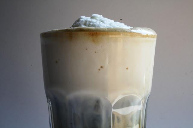 Lahodná ledová káva - jednoduchá příprava s napěněným mlékem
