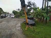 Brakkk! Mobil Tabrak Tiang Lampu Rambu Lalulintas
