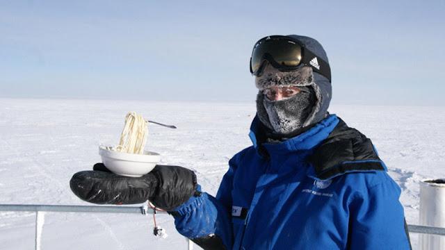 Por qué no se puede orinar en la ducha y otros 4 datos que no sabías de la vida en la Antártida