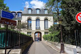Paris : Mystérieux château percé, vestige du château des Ternes - 17-19 rue Pierre Demours - XVIIème
