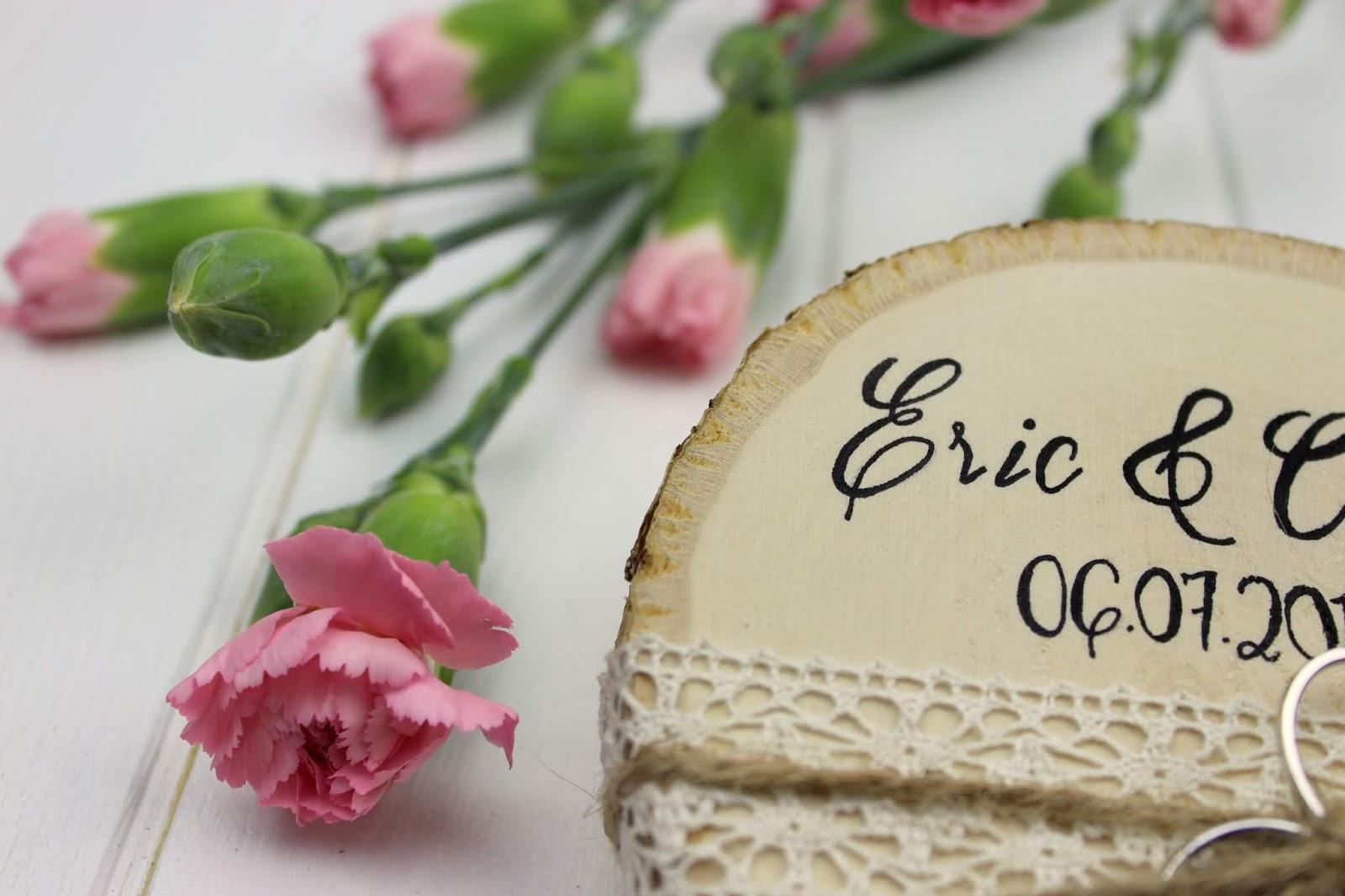 DIY - Rustikales Ringkissen auf einer Baumscheibe ganz einfach selber machen - perfekt für eure Hochzeit