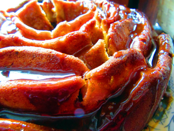 Caramel pear bundt cake by Laka kuharica: drizzle the cake with caramel sauce.