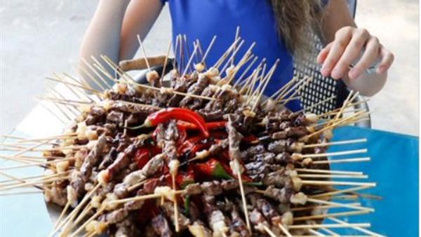 فتاة تأكل 255 سيخ كباب في 23 دقيقة (فيديو) مصر الان