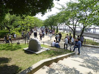 天保山公園 ポケモンGOを楽しむ人たち