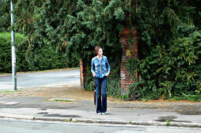 Styl lat 70. Dżins i spodnie dzwony. Letnie spacery.
