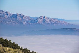 La Pedriza sobre un mar de nubes en Madrid