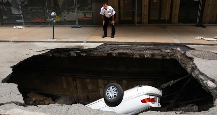 Un enorme bache se traga un auto entero en Estados Unidos