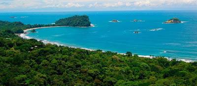 Vue aérienne de la baie du parc national Manuel Antonio .