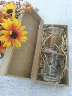 caixinhas de mdf para lembrancinhas com copos de dose personalizados