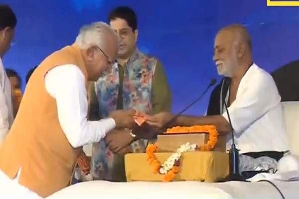 morari-bapu-se-ramkatha-sunne-faridabad-pahunche-cm-khatter-news