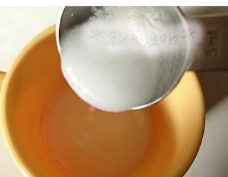 栄養士直伝10倍粥レシピ☆米粉小さじ1にお湯を入れる。