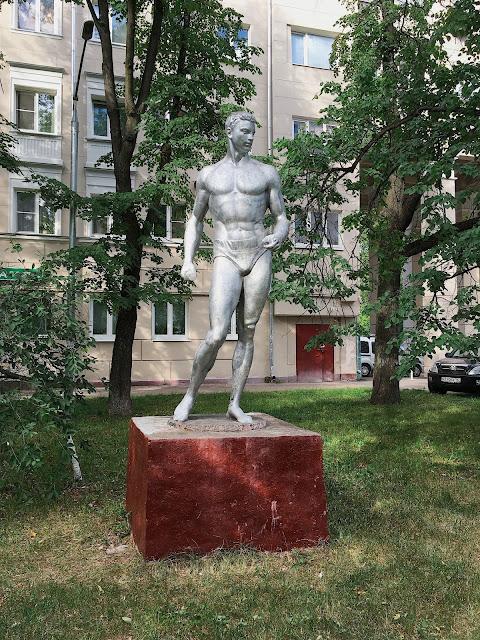 Статуя «Спортсмен с гранатой» во дворе дома на улице Маршала Василевского в Щукино