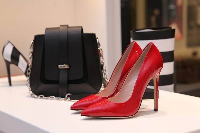 Cómo combinar zapatos de tacón rojos