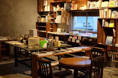 長野県松本市の本屋 栞日の二階の本と雑貨のスペース
